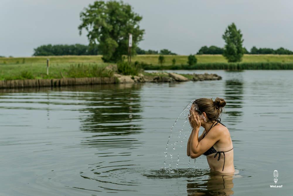 verfrissende duik in het water