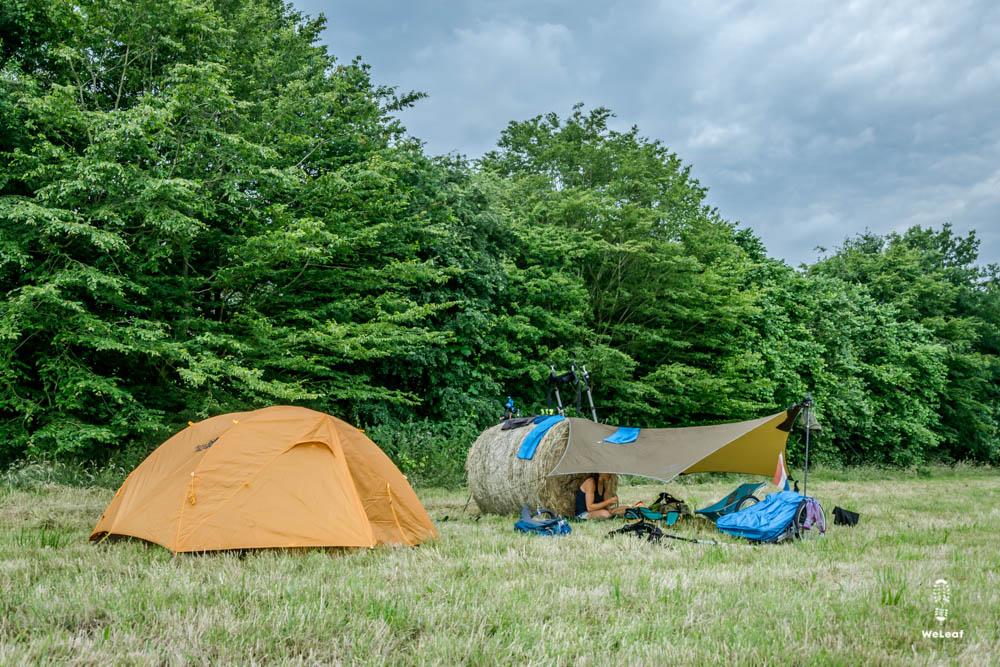 kamperen naast een hooibaal
